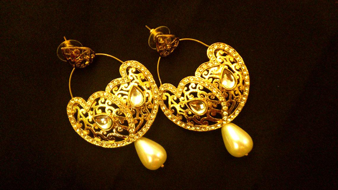 Золотые серьги – древнее украшение и модные серьги